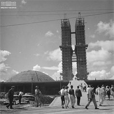Visitantes passeiam em frente às obras de construção do Congresso Nacional, maio de 1959. Arquivo Nacional. Fundo Agência Nacional. BR_RJANRIO_EH_0_FOT_EVE_01691_014 Fidel Castro, Architecture, Travel, National Archives, Black White Photos, City, May, Modern Architecture, Modern