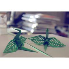 "#116 ""Espejo"" crane  #origamicrane #origami #origamiart #papercraft #paperfolding #1000cranes #WHPdoubletake #dailyart #daily #senbazuru #decoupage #cutout #crane #mirror #espejo #leaf #flora #minimal #minimalist #paperart"