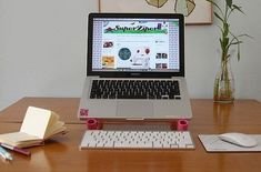 Faça um suporte para notebook e deixe muito mais charmosos os momentos de uso do aparelho. E você pode fazer um suporte de cada cor, um para cada membro