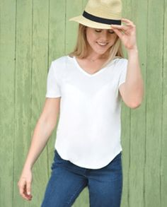 Hats off to keeping it simple with this white tee and still looking fabulous!