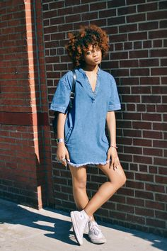 by Neon-Fox.com | denim dress | curly afro hair | comfy outfit | street style