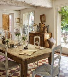 Den franske landstilen er fremdeles hot, og nå skal det være rått, autentisk og rustikt som på en fransk gård. En stor samling gamle glasskl...