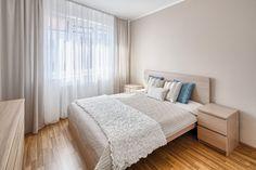Jednoduchá, ale impozantní sestava do útulné ložnice! Komoda, pracovní stůl i noční stolky jsou vyrobeny z kombinace dřevovláknité desky a lamina v krásném přírodním zbarvení. Světlá textura dokonale ladí s krémovou barvou okolních stěn a jejich kombinace dodává pokoji klidnou a přívětivou atmosféru. Architekti, Bedroom, Furniture, Home Decor, Decoration Home, Room Decor, Bedrooms, Home Furnishings, Home Interior Design