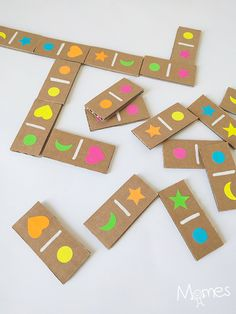 Fabriquez facilement un jeu de dominos à partir de carton et de gommettes ! Avec celui-ci on peut jouer avec les formes uniquement, les couleurs uniquement ou les deux combinées pour une partie de domino un peu plus compliquée !
