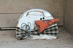 Chunky Primitive Snowman Wood Snowman Decor by therustygoose Add a 'blob' base that would look like melted snow Wood Snowman, Primitive Snowmen, Snowman Crafts, Primitive Crafts, Primitive Christmas, Christmas Snowman, Christmas Diy, Primitive Stitchery, Primitive Patterns