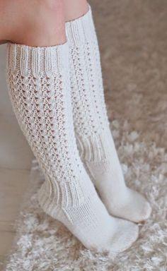 Life with Mari: Alle polven mittaiset Lise-Loten sukat Loom Knitting, Knitting Socks, Knit Socks, Crochet Slippers, Knit Crochet, Knitting Designs, Knitting Patterns, Fluffy Socks, Bed Socks