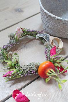 klein aber fein : Heidekränzchen * a little heather wreath Wreaths, Vegetables, Deco, Wreath Ideas, Pagan, Country Living, Door Wreaths, Deko, Veggie Food