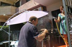 Un poquito de agua para combatir la calor, en la barbacoa con los compañeros.  www.anavelazquez.es