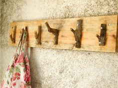 Poppytalk - The beautiful, the decayed and the handmade: Weekend Project: Rustic Coat Hanger Diy Rustic Decor, Rustic Crafts, Diy Crafts, Rustic Wood, Rustic Furniture, Diy Furniture, Furniture Projects, Weekend Projects, Diy Projects