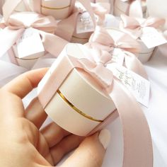 Looks so cute😍 Wedding Cake Boxes, Box Cake, Wedding Gifts, Box Packaging, Packaging Design, Edible Wedding Favors, Nutella Recipes, Computer Laptop, Favours