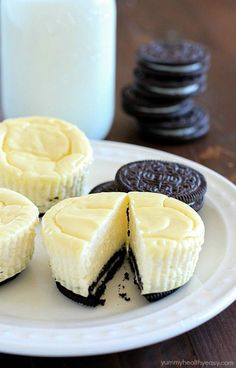 "Mini Cheesecakes with Oreo Crust: There's not much healthy about Oreo cheesecake, but indulging every once and awhile is part of a healthy lifestyle and can aid in weight loss. In fact, occasional ""cheat meals"" have been proven to boost metabolic activity Skinny Cheesecake, Oreo Crust Cheesecake, Raspberry Cheesecake, Mini Desserts, Easy Desserts, Dessert Recipes, Egg Recipes, Healthy Cheesecake Recipes, Yummy Treats"