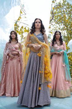 Girls Formal Dresses, Wedding Dresses For Girls, Dresses For Teens, Indian Dresses, Indian Outfits, Gold Lehenga, Lehenga Dupatta, Function Dresses, Mehendi Outfits