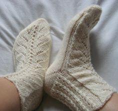 vert sukat Slipper Socks, Slippers, One Color, Colour, Yarn Colors, Knitting Socks, Knit Crochet, Cowls, Hats