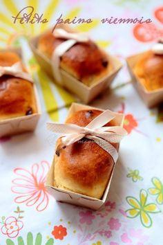 Vous avez été nombreux à me demander la recette de ces petits pains viennois après avoir partagé hier les photos sur facebook alors comme promis je poste aujourd'hui la recette ! Une recette super facile, inratable et qui vous permettra de réaliser 12 petits pains ultra gourmands, moelleux et fondants! je les ai généreusement garni...Lire la suite... »