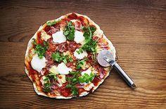 Wat pizza betreft kn je volop kiezen voor gemakkelijk: pizza laten bezorgen door de pizzakoerier of een verse of diepvriespizza afbakken in de oven. Je kunt het jezelf ook iets minder gemakkelijk, maar wel leuker en lekkerder maken door de pizza helemaal zelf te maken. En dan weet je ook precies wat er allemaal in gaat.