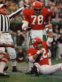 """Johnny Robinson Fumble Recovery in Super Bowl 4 The AFL All-Star triumphantly holds up the """" salute after his crucial first-half fumble recovery in Super Bowl Bobby Bell stands behind him. Kansas City Chiefs Football, Vikings Football, Football Hall Of Fame, School Football, Sporting Kansas City, American Football League, Nfl Football Players, Magazine Pictures, Football Conference"""