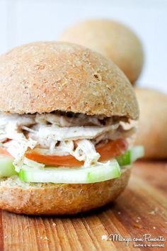 Sanduíche de Frango com Pepino e Tomate, esse lanche é perfeito para quem está fazendo reeducação alimentar e está muito afim de comer um sanduíche. Clique na imagem para ver a receita no blog Manga com Pimenta.