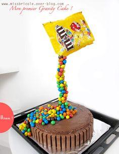 Gravity cake m&m's Beaux Desserts, Fun Desserts, Beautiful Cakes, Amazing Cakes, Skittles Cake, Anti Gravity Cake, Mars Chocolate, Cake Land, Bithday Cake