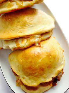 Calzone z mięsem mielonym i domowym sosem BBQ   Słodkie Gotowanie Fettuccine Alfredo, Calzone, Hamburger, Pancakes, Food And Drink, Pizza, Bread, Snacks, Cooking