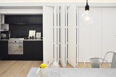 Moderne Keuken met schuifdeur keuekn verstoppen achter schuifdeur- harmonica schuifdeur