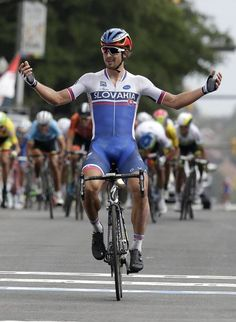 Peter Sagan wins the UCI Road World Championships Richmond 2015 (AP Photo/Gerry Broome) Cycling Wear, Pro Cycling, Cycling Outfit, Cycling Clothes, Snowboard, Giant Bikes, Lycra Men, Cycling Motivation, Bicycle Race