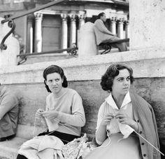 Alla fontana di Trevi Due donne italiane lavorano a maglia sedute vicino alla fontana di Trevi, nel 1955. (Vecchio/Three Lions/Getty Images)
