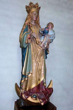 Dit uit het einde van de 15e eeuw stammende laatgotische beeld toont Maria met kind staand op een maansikkel. Het beeld is in de omgeving van Kleef gemaakt en stond oorspronkelijk in de Grote kerk, waar het de Beeldenstorm van 1566 heeft overleefd.