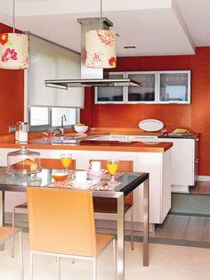 Cocinas con comedor integrado Planificada con forma de  Con esta disposición del mobiliario, de Hersan, se ha ganado una amplia zona de trabajo y, además, uno de los lados sirve para delimitar la cocina del office. Las vitrinas voladas de cristal, con apertura abatible, aligeran el peso visual de la cocina
