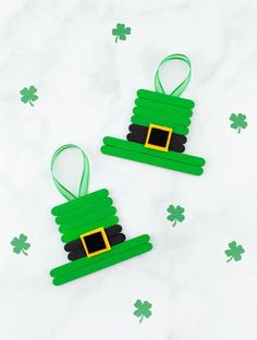 Inside: This unique and easy Leprechaun Hat craft, created from popsicle sticks, paint, and felt, is perfect for celebrating St. Patrick's Day with kids! Patrick's Day is just around the corner! Popsicle Stick Crafts For Kids, Crafts For Kids To Make, Craft Stick Crafts, Popsicle Sticks, Kids Crafts, Preschool Crafts, Craft Ideas, St Patricks Day Crafts For Kids, St Patrick's Day Crafts