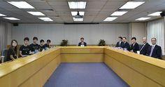 21日開かれた香港政府(右側)と民主派系学生団体の対話(AFP=時事) ▼21Oct2014時事通信|政府と民主派学生、初の対話=長官選挙改革めぐり-占拠早期収拾のめど立たず・香港 http://www.jiji.com/jc/zc?k=201410/2014102100611