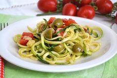 Gli spaghetti di zucchine o zoodles sono un'idea sfiziosa, vegana, light e senza glutine, per un primo piatto fresco e diverso dal solito. Sono colorati da vedere,