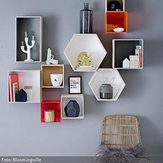 Diese dekorativen Setzkasten-Module lassen sich nach Belieben auf- und umh�ngen. Es gibt sie aus Kunststoff oder Holz und in verschiedenen Formen. Mit den richtigen Dekoartikeln best�ckt, entsteht Dein ganz pers�nliches Wandkunstwerk.