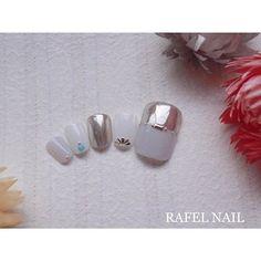 夏の暑さを跳ね返すなら、透き通るようなホワイトを基調とした涼やかなフットネイルがイチオシです✨シンプルながらもエッジの効いたミラーを取り入れて、さりげなくキャッチーな2018デザインにしましょ♪(id:3084770) Nails, Design, Finger Nails, Ongles, Nail, Nail Manicure