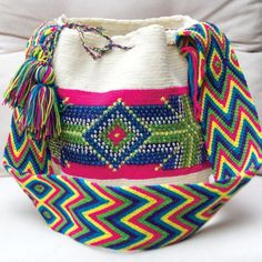 MOFLYS Wayuu con pedreria Tapestry Bag, Tapestry Crochet, Chevron Friendship Bracelets, Crochet Home, Knitted Bags, Western Wear, Bucket Bag, Shoulder Bag, Knitting