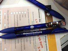 Die Standnachbarn von der Bundeswehr helfen uns mit Kugelschreibern aus