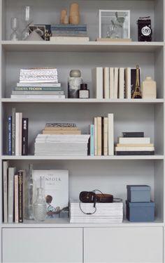35 Unique Bookshelf Organization Design Ideas That Will Inspire You Bookshelf Organization, Bookshelf Styling, Home Interior Design, Interior Styling, Unique Bookshelves, Bookcases, Grey Bookshelves, New Living Room, Decoration