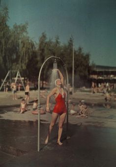 A 1936 color photograph shot in Berlin on Agfacolor, a German film.  PHOTOGRAPH BY HANS HILDENBRAND