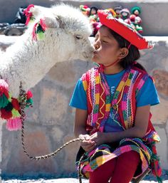 Little girl getting kisses from her alpaca in Peru. América Latina, Best Friends, Bolivia People, Pet Day, Peru Culture, Andes Peru, Ecuador, Peruvian People, Alpacas