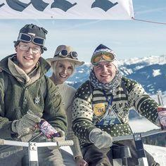 Unterwegs mit Style und vintage Skibobbeim#Nostalskiin#ZellamSee.#skiwasser,#einkehrschwung,#skihasen,#skibunny,#skihasendoping, Foto:@_camwork_,@_ChristianeMaria_trägtSteghose von#bogner,Brille von#luistrenker