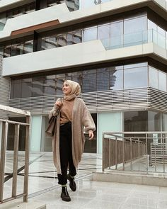 Chic Spring Layering Hijab Outfit Ideas - It may not feel like Spring in certain necks of the wood just yet, but it is definitely right around the corner. Modest Outfits, Modest Fashion, Fashion Dresses, Muslim Girls, Muslim Women, Hijab Fashion Inspiration, Style Inspiration, Simple Hijab, Hijab Fashionista