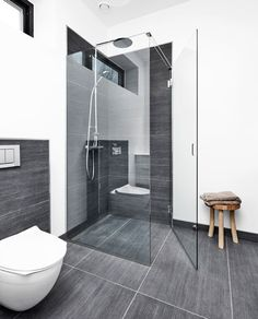 Flotte rene linjer Elegant nordic bathroom with a beautiful glass shower screen. No visible screws or fittings. Unidrain® GlassLine