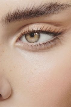 Fluffy Brows - these are natural, full eyebrows that give our eye area a radiant expression! You can find out here what the eyebrow trend is all about. Eyebrow Trends, Eyebrow Styles, Full Eyebrows, Natural Eyebrows, Natural Makeup, Aveda Makeup, Eye Makeup, Makeup Geek, Hair Makeup