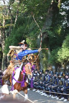 Yabusame mounted archery in Japan 流鏑馬 Mounted Archery, Japanese Festival, Fighting Poses, Japanese Warrior, Traditional Archery, Art Japonais, Samurai Warrior, Aikido, Japanese Prints