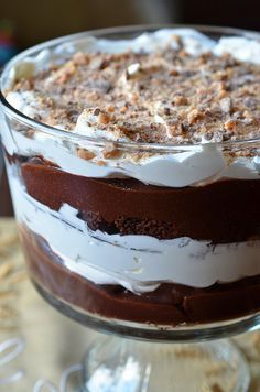 Now THIS would be a good way to use my trifle dish. Death by Chocolate Trifle ~ delicious layers of brownies, chocolate pudding, whipped cream and heath toffee bar bits meld together to create this luscious and creamy dessert. Brownie Pudding, Trifle Pudding, Chocolate Pudding, Banana Pudding, Brownie Trifle, Chocolate Custard, Death By Chocolate Cake, Chocolate Cream, Chocolate Fudge