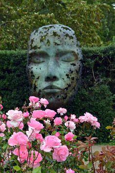 Jardins botaniques royaux de Kew London Calling, Garden Sculpture, Outdoor Decor, London, Boneless Chicken Thighs, Chicken Rice, Botanical Gardens, Prosciutto, Mushroom Gravy