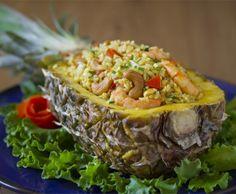 """Hola todos y Feliz Año Nuevo! Hoy prepararemos Arroz frito con piña o """"Khao Pad Saparod"""" (ข้าวผัดสับปะรด), una receta muy exótica y divertida especial para la cena de fin de año. Decimos adiós a Chop Suey, Thai Recipes, Asian Recipes, Healthy Recipes, Healthy Food, Arroz Thai, Home Food, Salmon Burgers, Curry"""