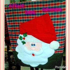 O Natal está chegando, nada melhor do que comemorar em grande estilo, com uma mesa bem linda e suas cadeiras decoradas com o bom velhinho Noel e sua companheira de viagem Heninha! ?
