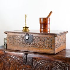 Elizabeth I oak carved box, the front and sides carved with arabesque designs. Very similar designs are found in wall panelling from 229 High street, Exeter, Devon as in seen in the second picture. Medieval Furniture, Antique Furniture, Home Decor Furniture, Wood Furniture, Tudor Decor, Antique Wooden Boxes, Shaker Style, Inspired Homes, Exeter Devon