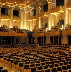 Sala São Paulo: balcão suspenso por molas para conter a transmissão da vibração. Cada assento tem a mesma absorção de uma pessoa. Pilares: irregularidade auxilia na difusão do som.