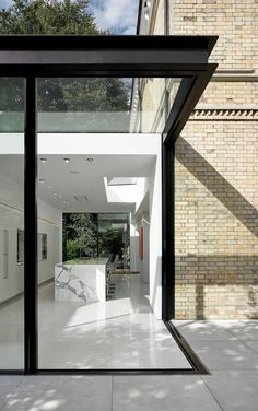 Frog Castle, contemporary extension to Cheshire in England by Scott Donald Architecture - Journal du Design - - House Extension Design, Glass Extension, Modern Architecture House, Architecture Design, Sustainable Architecture, Zinc Cladding, Glass Structure, Glass Boxes, House Extensions